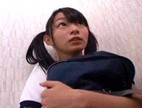 公園の鉄棒でお股をこすりつけている少女10代小娘をトイレに連れ込んで…( このは )