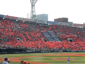赤く染まる3塁側。