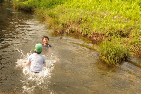 宿の前の川でひと泳ぎ