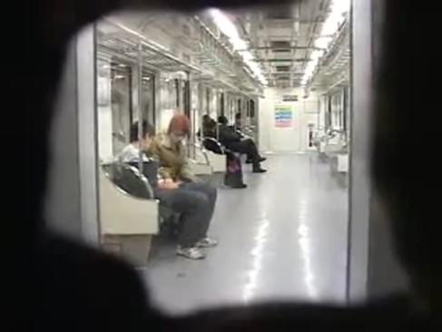 移動する電車内でキスをして堂々とおチンチンを生尺しちゃう韓国ゲイ!