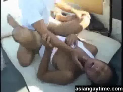 【無料ゲイ動画】タンクトップのガチムチ兄貴をカーレイプ。