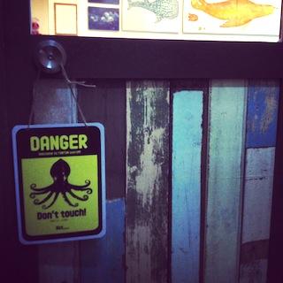 TONTON入口危険看板