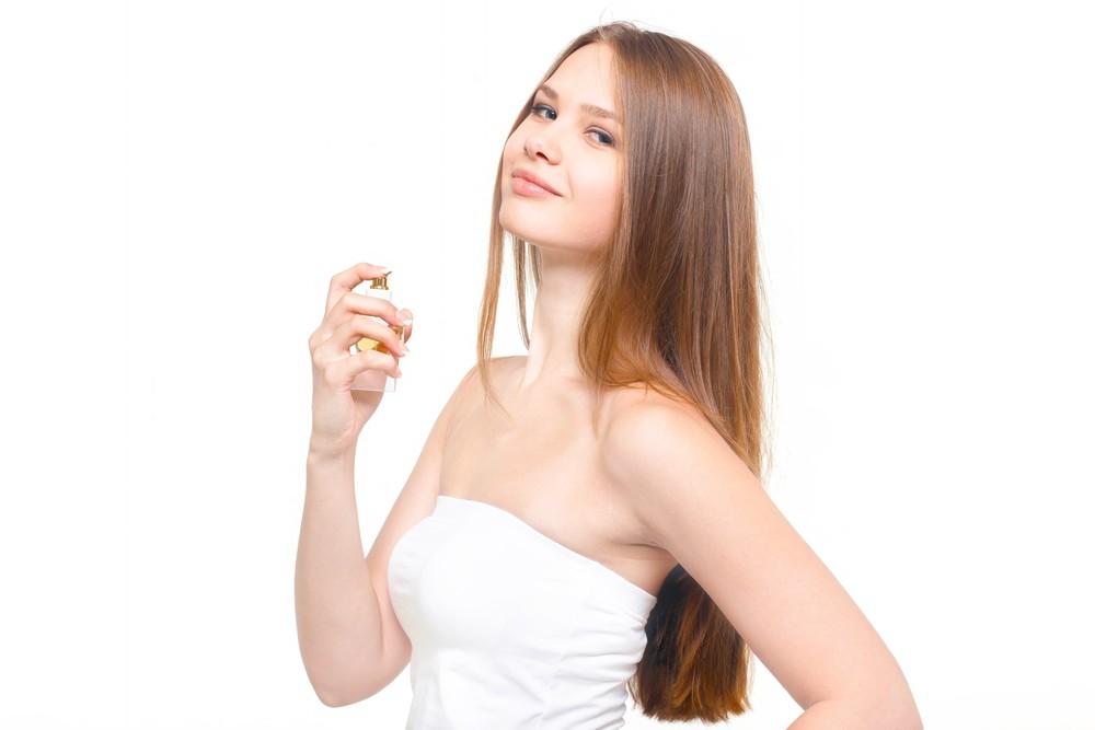 香水とほほ笑む女性