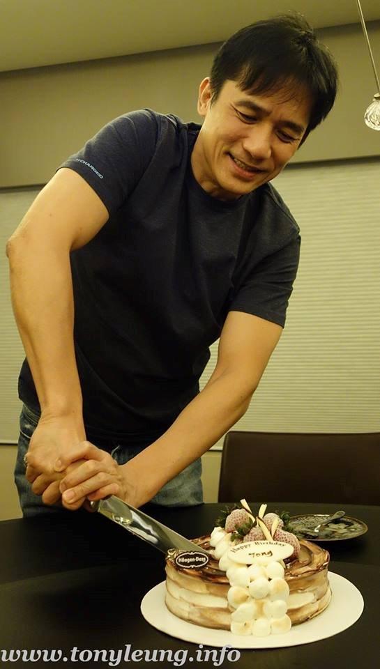 ケーキカットをするトニーさん