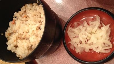 定食のかやくご飯と漬け物
