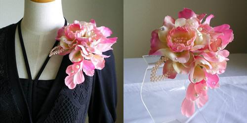 ピンクローズのメアリーブーケ型の結婚式コサージュ
