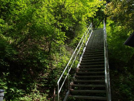 観瀑所への鉄製階段