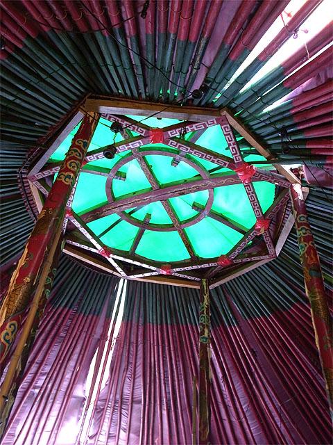 150411ほんてんラーメン-モンゴルゲル天井