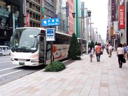 シナ人の観光バスは銀座の風景