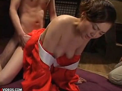 昭和の雰囲気が漂う田舎のおばさんが納屋で3Pセックスしながら快感に震えるエロ動画