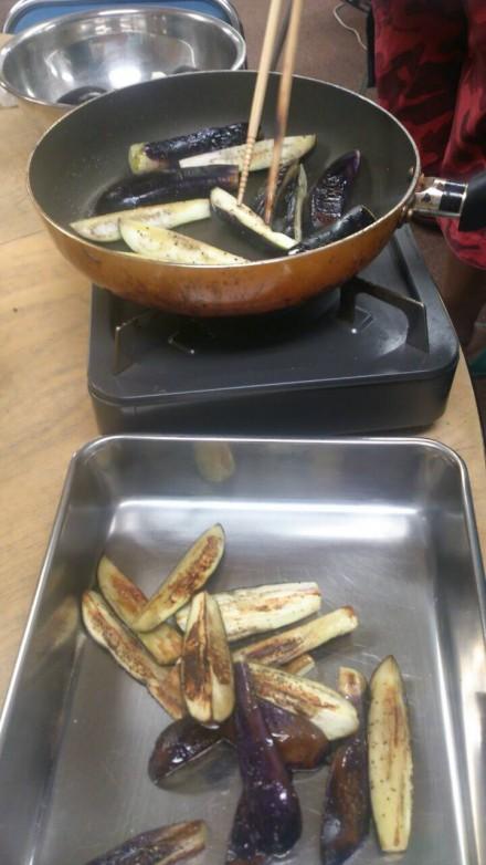 茄子を炒めています。