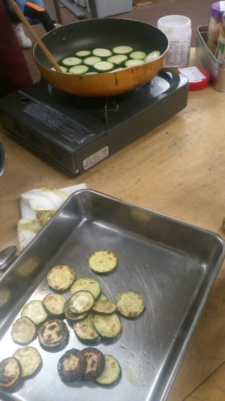 ズッキーニを炒めています。