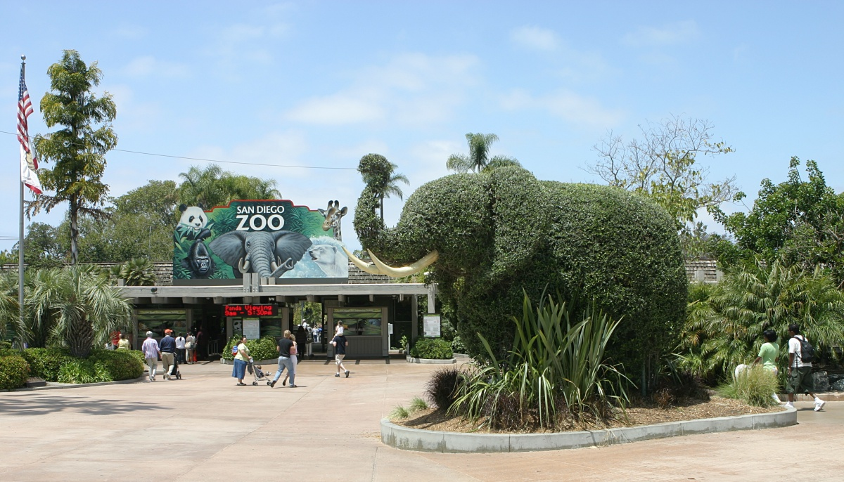 San_Diego_Zoo_entrance_elephant.jpg