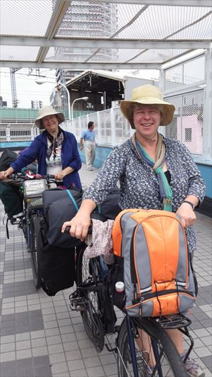 南千住駅前歩道橋を越える外国人女性