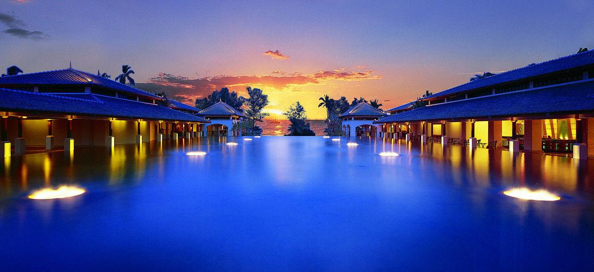 プーケットのマイカオ・ビーチに位置する5つ星の当リゾートは、アンダマン海の絶景と空港から15分という絶好のロケーションが自慢です。