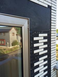 初日窓枠工事終了後の外壁タイル2