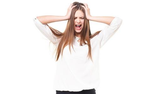 頭を抱えて叫ぶ女性