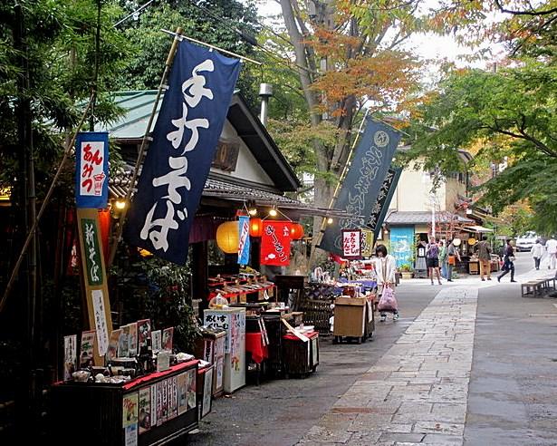 門前に並ぶ深大寺そばの店