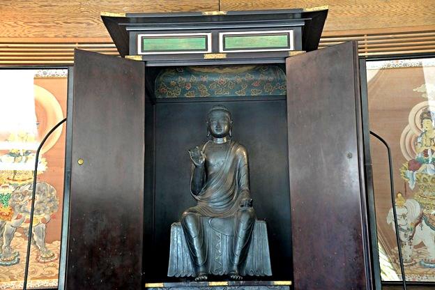 深大寺・釈迦堂に安置されている釈迦如来倚像