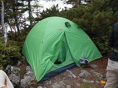 頂上直下にテントを張るが地形的にやや強引-s
