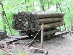 旧林道は軌道が通っていて塩山まで材木や繭等運んだそうです。いまは廃道となり、ハイキング道です。-s