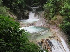 七ツ釜五段の滝。滝壺は凄く透明。-s