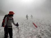 こいのぼりを目印に雪渓を下る