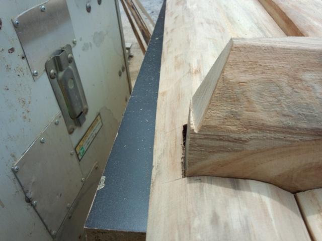 天板とめ材のカット0810