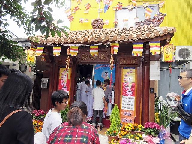 近所の長田ベトナム寺院の花祭り(^^♪