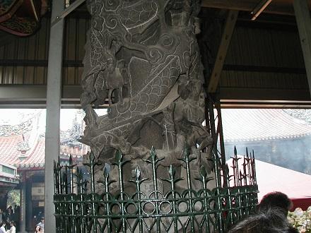 龍山寺の柱の彫刻凄い