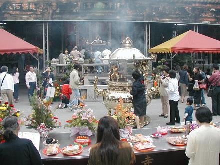 龍山寺は参拝者が多い