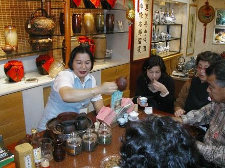 茶藝館でお茶の入れ方を