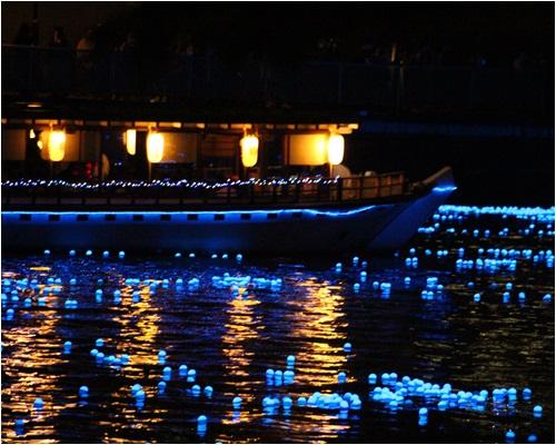 キラキラと船
