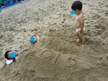 砂に埋もれる