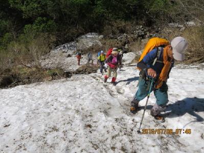 コマドリ沢の雪渓を登る_1