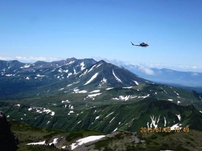 前日北沼で凍死で発見された登山者を収容した道の防災ヘリ_1