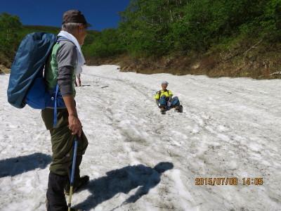 コマドリ雪渓で遊ぶ_1