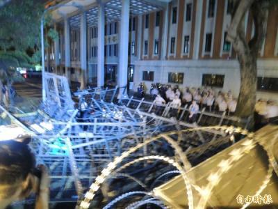 722教育部 生徒逮捕後 霹靂小組も待機 24報道_convert_20150725161545