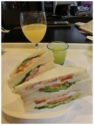 ファミマのサンドイッチと晩柑ジュース