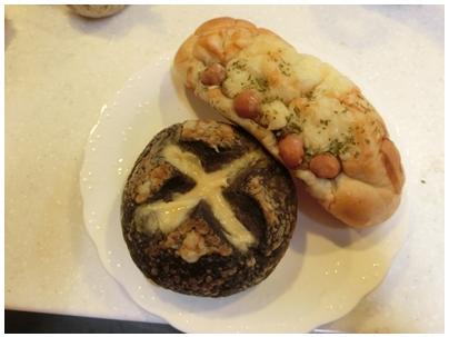 黒いチーズカレーパンとジャーマンカレーパン