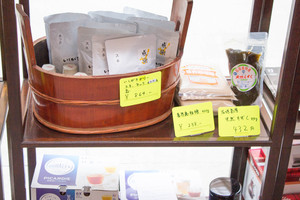 JOZO CAFEの店内にはこだわりの食材も並ぶ。レトルトのイシガキカレー(当然、無添加)は一食の価値がある