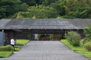 馬頭広重美術館。設計は隈研吾。ルーバーを多用することで環境に溶け込んだ建築