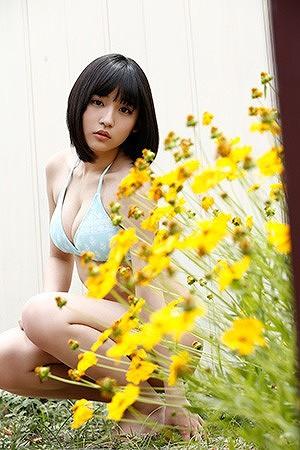 浅川梨奈(スパガ) ロリ顔素朴でカワイい美巨乳ミズ着グラビアお乳写真