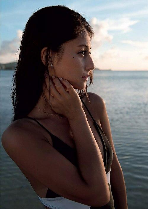 ダレノガレ明美水着おっぱい画像b05
