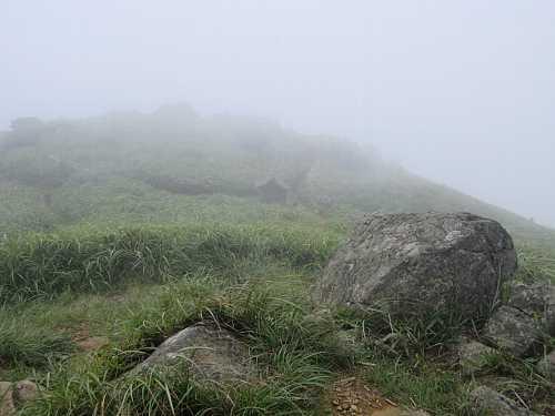 IMG_0118ガスに覆われた 登山者のいない山頂