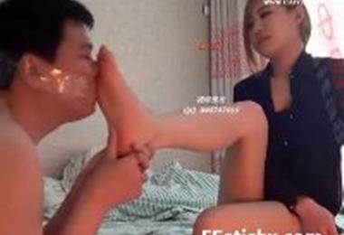 足フェチM男に足の匂いを嗅がせ足指を舐めさせる中国S女性(XVIDEOS)