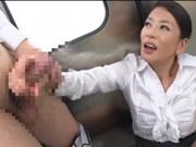 電車の中で痴熟女に乱暴に手コキされる!北島玲