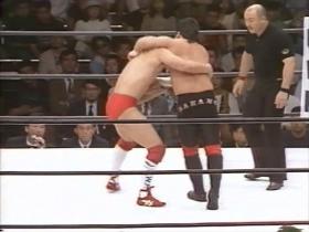 田村サイドからの胴タックル、中野はヘッドロック、