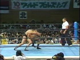 ブレイク後、前田は一気にバックを奪うが、