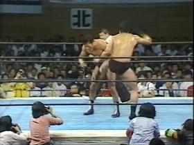 リングに戻った前田はミドルキックの連打から、